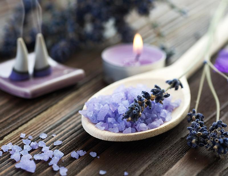 Lavendel auf Löffel: Entspannung für Massage